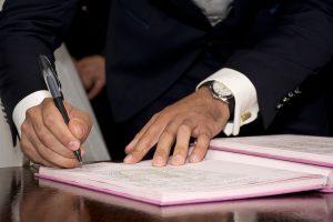 Mann unterschreibt einen SEO-Vertrag