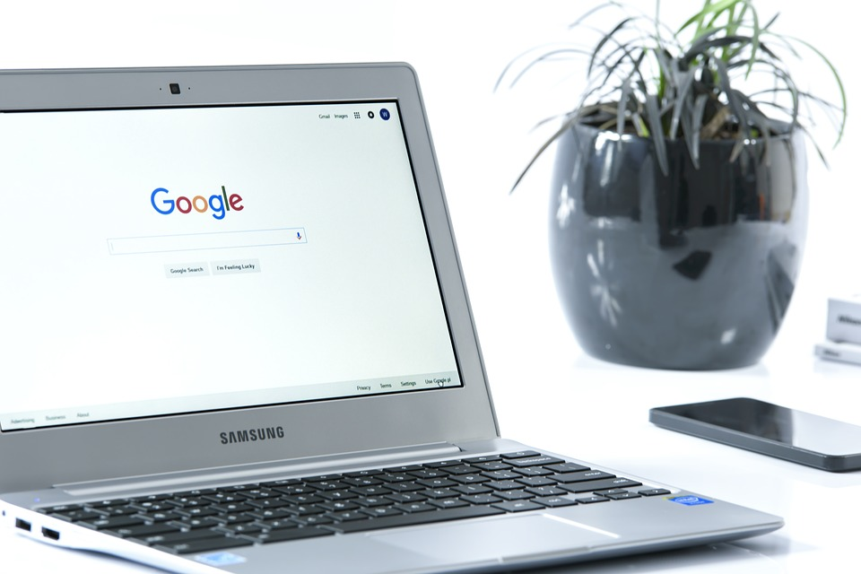 Laptop mit Google-Startseite