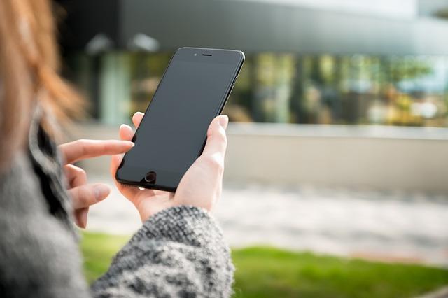 SEO für KMU - Smartphone-Nutzerin
