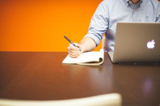SEO-Grundregeln - Mann mit Notizblock und Notebook